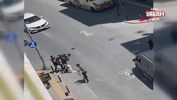 İstanbul Zeytinburnu'nda kemerlerle birbirlerine saldıran iki grup kamerada