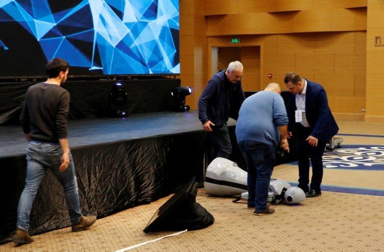 Sahneden düşen insansı robot Mini Ada, parçalandı