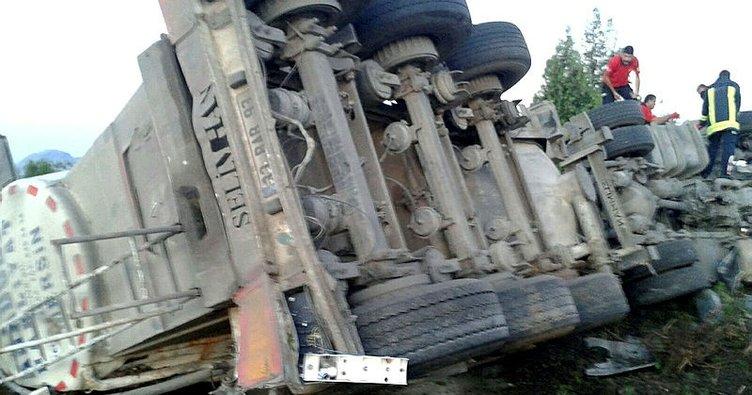 Devrilen TIR'ın sürücüsü hayatını kaybetti