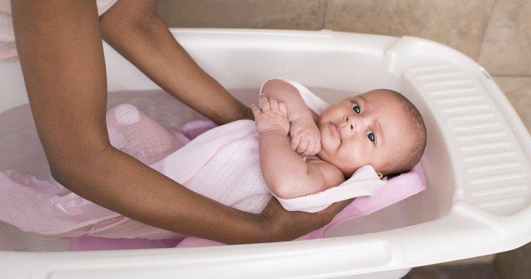 Yeni doğan bebeğe banyo yaptırırken dikkat