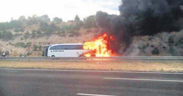 Seyir halindeki otobüs küle döndü