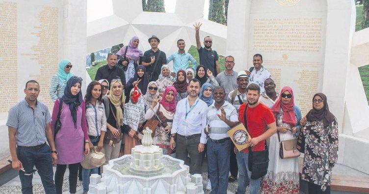 Yabancı turistlerden darbe şehitlerine dua