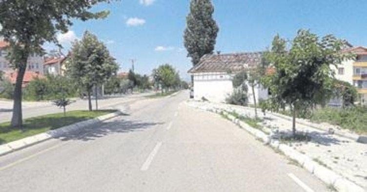 Yol ortasında kalan ev yıkıldı