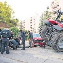 Traktörle 6 aracı ezdi