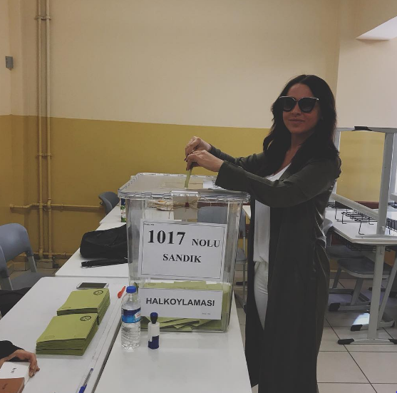 Ünlüler oy kullanmak için sandık başında