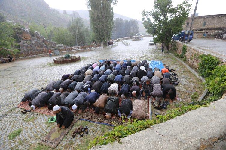 Yağmur duası ederken sağanağa yakalandılar
