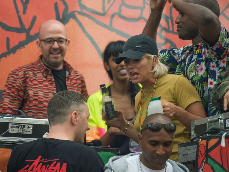 Lily Allen katıldığı festivalde yerlerde süründü
