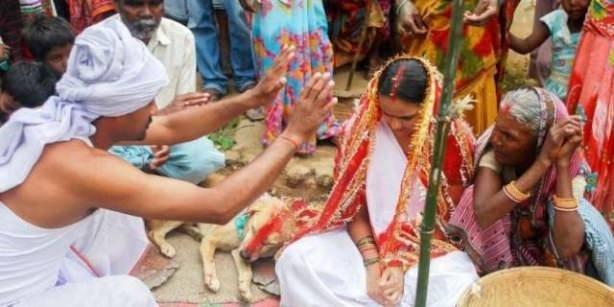 18 yaşındaki kızı köpekle evlendirdiler!