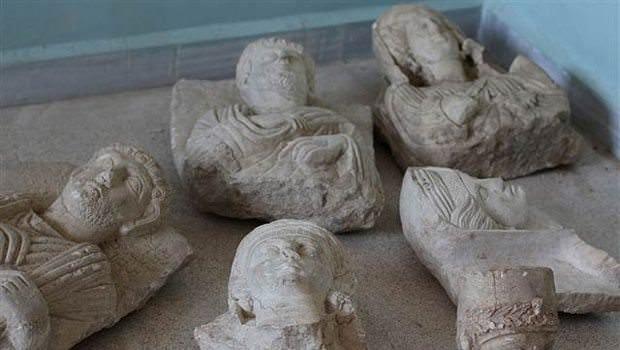IŞİD Palmira'da tarihi eserleri balyozlarla yok ediyor
