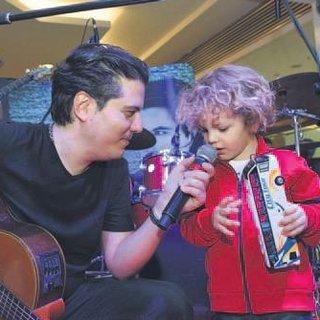 3 yaşındaki oğluyla şarkı söyledi