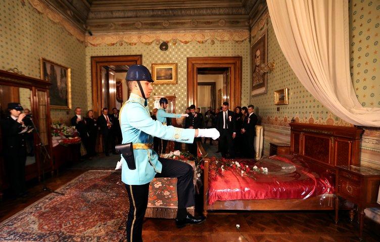 Atatürk'ün Dolmabahçe Sarayı'ndaki odasında tören