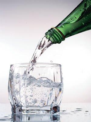 Maden suyunu bardakta içmeyin!