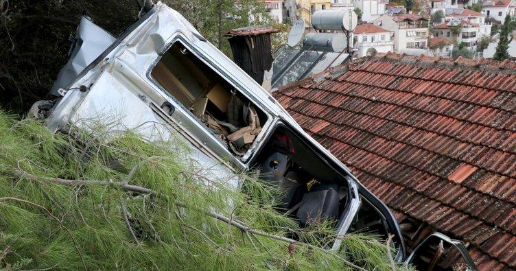 Freni çekilmeyen minibüs bir evin üstüne düştü