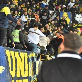 Akhisar'da, Fenerbahçe tribününde kan aktı