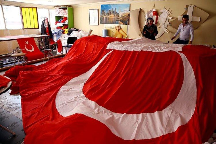 Türk bayraklarına talep arttı, kumaş yetişmiyor