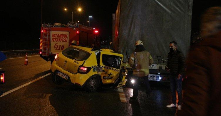 Taksi, kaçak geçiş yapmaya çalışan TIR'ın altına girdi