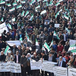 Suriyeliler Beşşar Esad'ı protesto etti