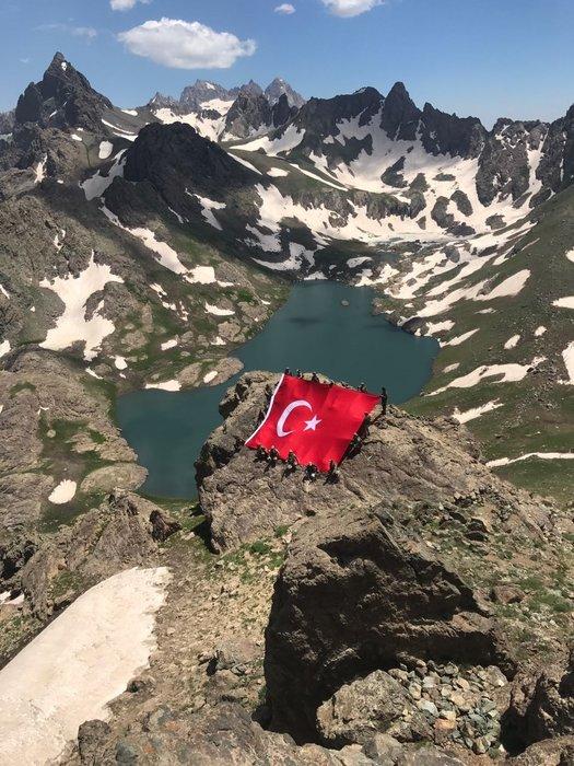 Mehmetçik İkiyaka Dağları'nda dev Türk Bayrağı açtı!