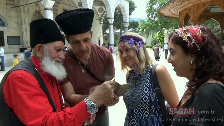 Yöresel kıyafeti ve parfümleriyle 27 yıldır turistlerin ilgi odağı oluyor