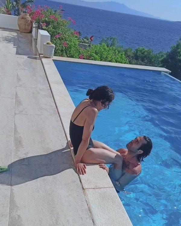 Ünlü oyuncu Hande Ataizi ile sevgilisi Dinç Aydoğdu'nun havuz pozuna beğeni yağdı 12