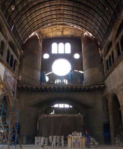 Tek başına katedral inşa ediyor