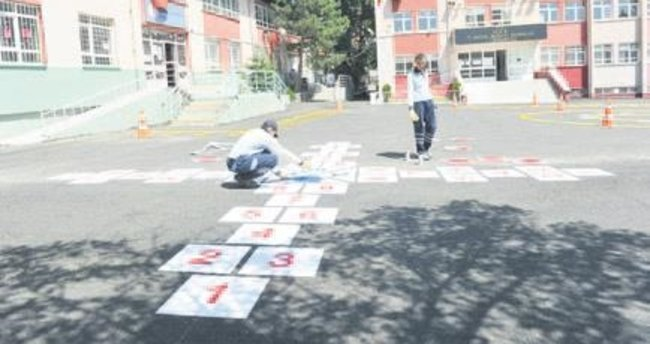 Okul bahçelerine oyun çizgileri