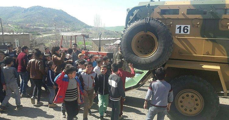 Asker ve koruculardan öğrencilere kırtasiye yardımı
