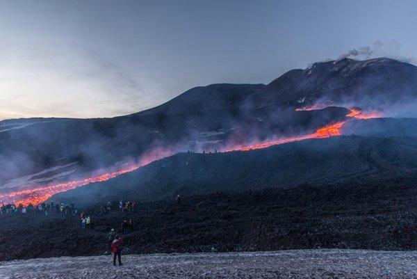 Etna, lav ve kül püskürtmeye devam ediyor.