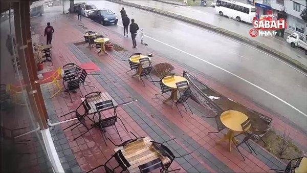 Virajı alamayan otomobilin ağaca çarptığı anlar kamerada | Video