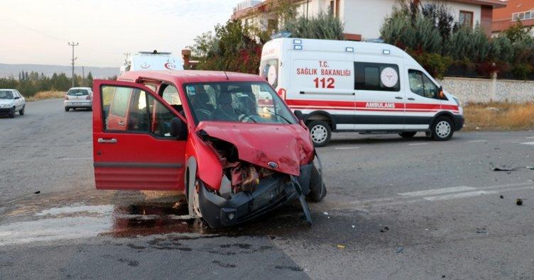 Sivas'ta servis otobüsü ile hafif ticari araç çarpıştı: 3 yaralı