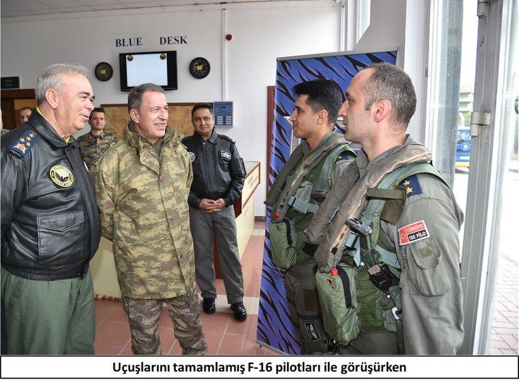Orgeneral Hulusi Akar, F-16 pilotları ile görüştü