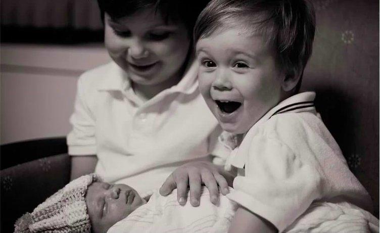 Kardeşlerini ilk kez gören çocuklar