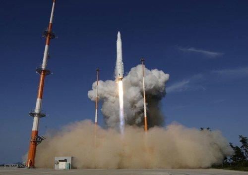 Güney Kore'nin ilk füzesi uzaya fırlatıldı