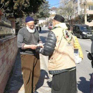 Ünlü oyuncu Yaşar Alptekin fırsatçılara inat bedava maske ve eldiven dağıttı