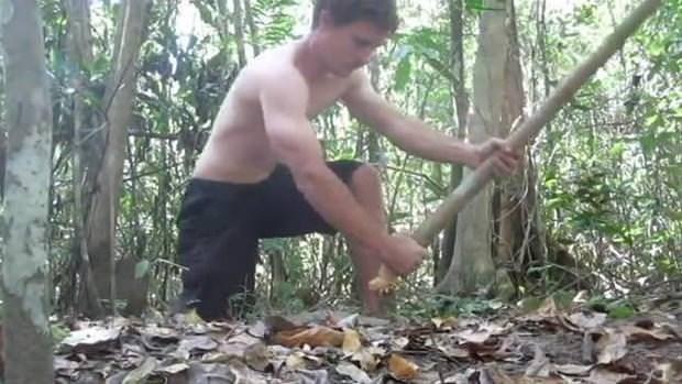 Ormandaki malzemelerle kulübe yaptı