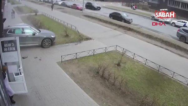 Rusya'da ani refleksle çocuğunu ölümden kurtaran kahraman baba kamerada!