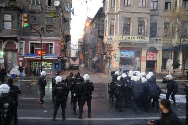 Taksim'de göstericiler polisle çatıştı