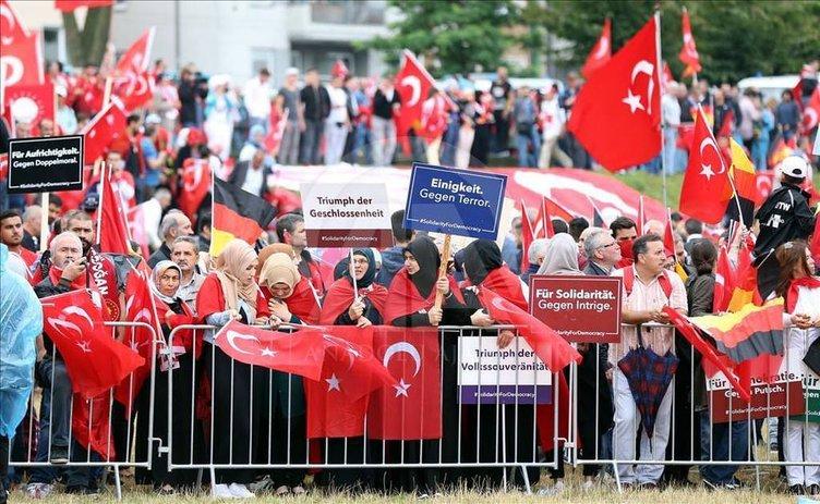 Avrupalı Türkler'den Köln'de demokrasi mitingi