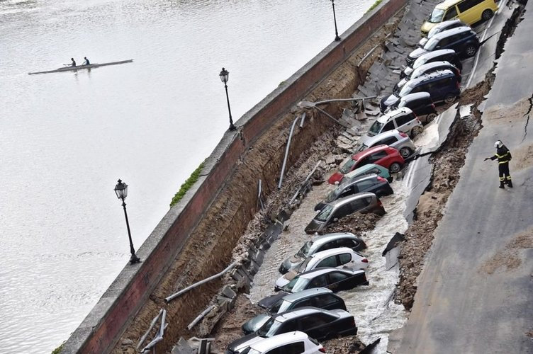 İtalya'da dev yarık araçları yuttu
