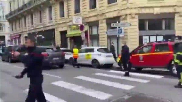 Fransa'nın Nice kentinde bıçaklı saldırı! | Video