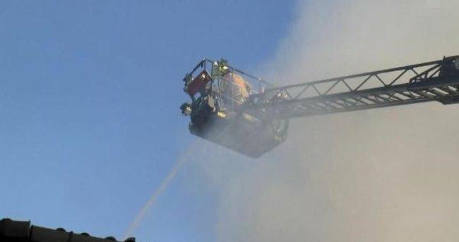 Eyüpsultan'da çöp poşeti imalatı yapan atölyede çıkan yangın kontrol altına alındı