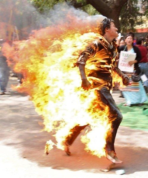 Tibetli protestocu kendini yaktı!