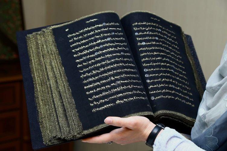 Azerbaycanlı ressam Kur'an-ı Kerim'i ipek sayfalara yazdı.