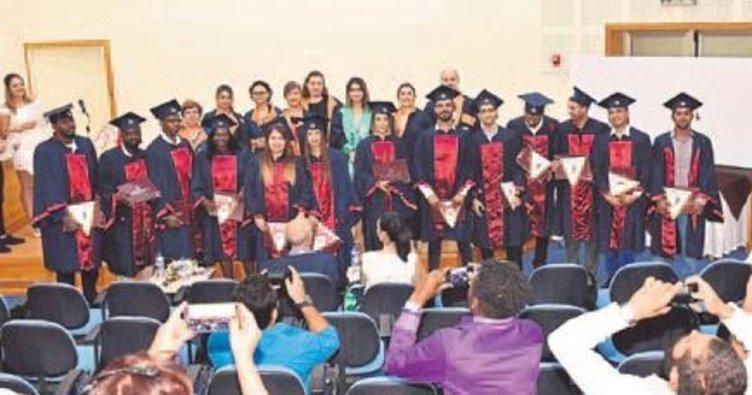 Turizm ve Otel İşletmeciliği öğrencileri diplomalarını aldı