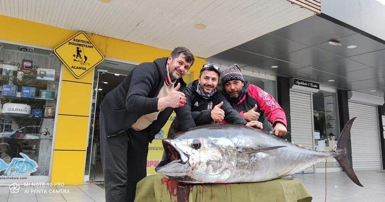 Kısmetin böylesi... Oltaya takılan balığı görenler gözlerine inanamadı