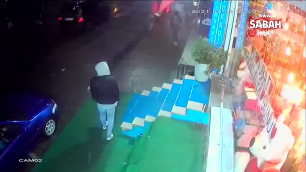 İstanbul'da Sultangazi'de saniyelerle ölümden kurtuluş anı kamerada | Video
