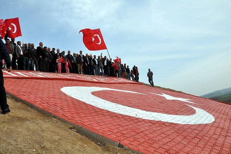 Türk bayraklı tepeye 300 araçlık konvoyla ziyaret!