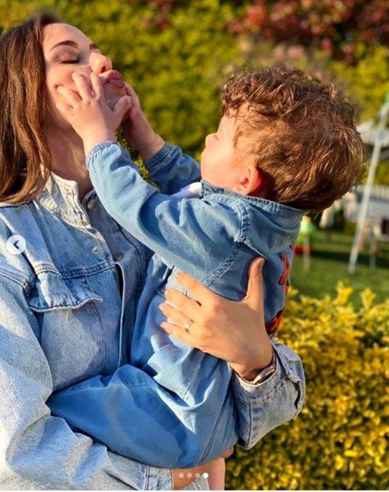 Güzel oyuncu Fahriye Evcen'in oğlu Karan'la olan Anneler Günü pozuna beğeni yağdı