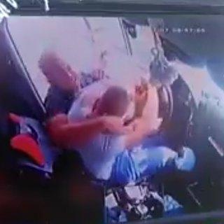 Minibüs şoförünü yolcuların gözü önünde tekme tokat dövdüler!