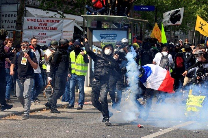 Paris'te sokaklar karıştı!